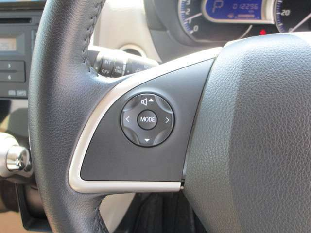 純正CDチューナーと連動している、オーディオリモコンスイッチ!ステアリングを握ったままでも簡単に操作出来ます。