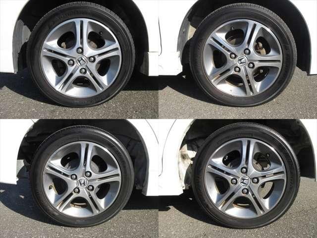 純正アルミホイールが装着されています。タイヤブランドは、ヨコハマです。タイヤサイズは、165/55R14です。残り溝はフロントが5mm、リアが5mmです。