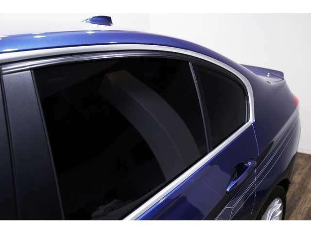 純正オプションのリアプライバシーガラス装備!!保管状態が良好であった為、ドアモールの劣化はほとんど見られません!!