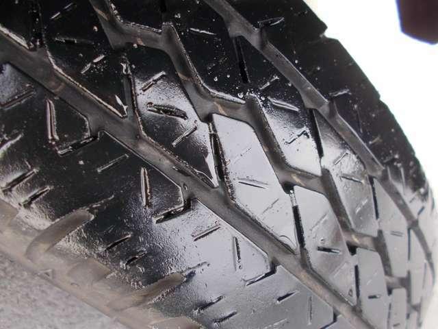 タイヤの残りは7~6分山程度です。別途料金となりますが新品タイヤもお求めやすい価格でご用意しておりますのでお気軽にご相談ください!