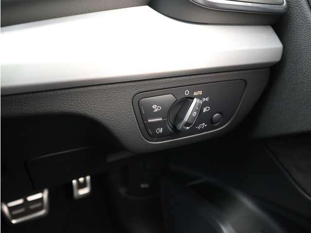 オートヘッドライトスイッチです。20年以上前から受け継いでいるスイッチ位置で操作しやすいです。