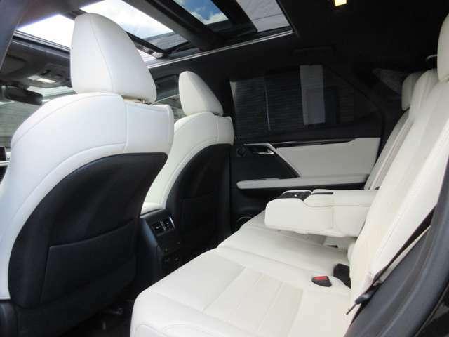 RXの特徴でもある広々とした後部座席も上品なFスポーツ専用ホワイトレザーシートになっております。
