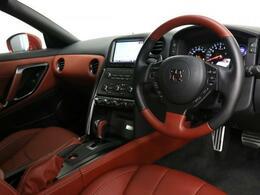 厳選された質感の本革は前席にセミアリニン本革を使用し運転席助手席で専用デザインが施されております。