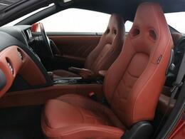 助手席は柔らかなクッション性を生かしリラックスしてお乗りいただけるようデザインされております。