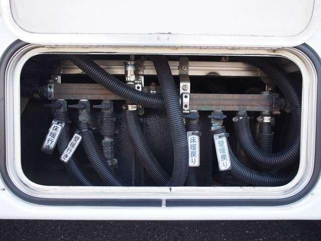床、壁暖房装備しております☆クーラントを床、壁に設置されたパイプを通して車内を暖めます☆