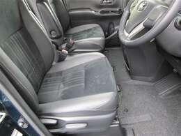 フロントシートを取り外してフロアカーペットから徹底洗浄しています