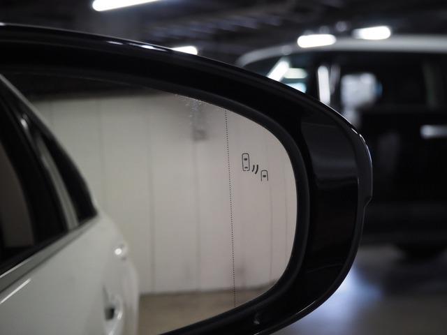 隣の車線を走る車両を検知し、ドアミラーでは確認しにくい後側方エリアに存在する車両を光ってお知らせします♪