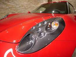 ヘッドライトはカーボン素材を採用しており、ノーマルと比較してよりスポーティな印象です。