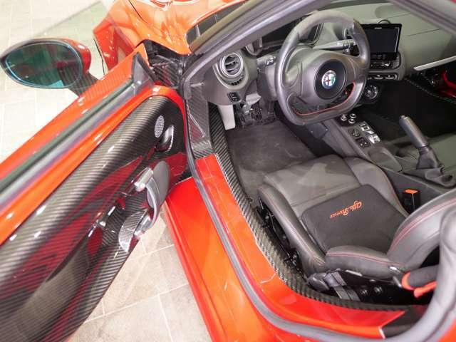 カーボンモノコックのボディは見るからに剛性が高く、レーシングカーのような高揚感が乗るときから感じられます。