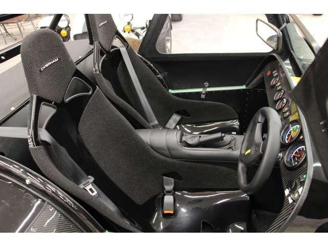 270Rはコンポジットレースシートが標準装備となります。