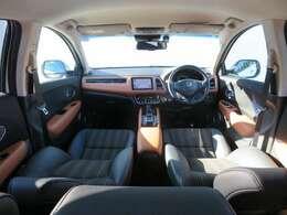 【前方視界】開放的な前方視界!運転がしやすく疲れにくいです♪ナビもインパネ内にスッキリとビルトイン装着され、視界の妨げになる事もありません♪女性の方にも運転しやすいおクルマですよ~!