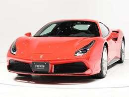 ボディカラーはRosso Corsa(赤)にインテリアはNero(黒)の人気の組み合わせでございます。