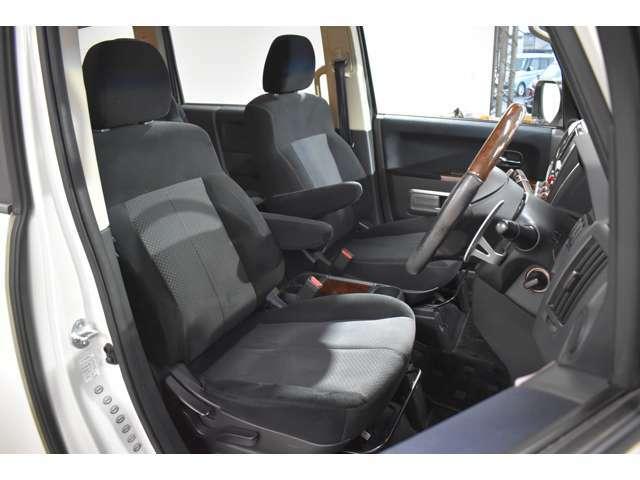 広くて見晴らしの良いフロントシート☆落ち着いたブラックの内装です!