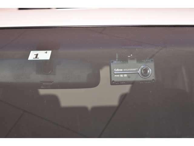 フロント&リヤのドライブレコーダーを装備。万一のトラブルや予期せぬ事故が起こったときの事故原因解明や、スムースな事故処理等に役立ちます。