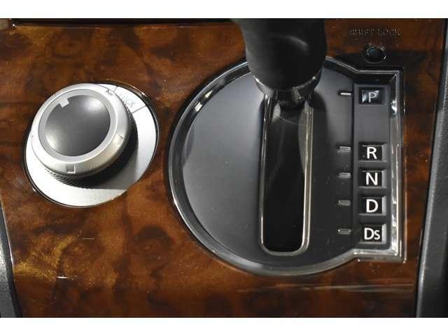 コンパクトに配置されたパネルシフトと4WD切り替えスイッチ☆操作カンタンで運転ラクラク♪パネルシフトのおかげで足元もヒロビロの快適空間!