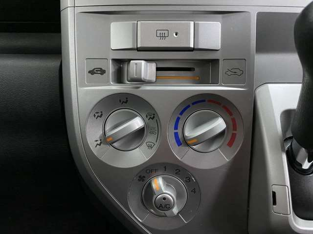 操作がしやすいマニュアルエアコンが搭載されています。