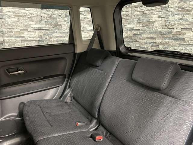 後部座席側も広々としていて快適に過ごして頂けます。