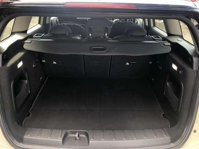 トランク容量はハッチバックのミニ5ドア(F55)よりも約80リッターも多い360リッターを実現。