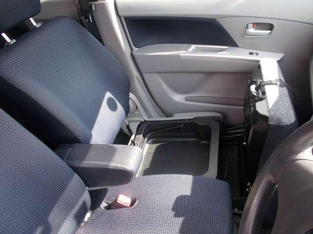 助手席シートには収納ボックスもあって便利!!