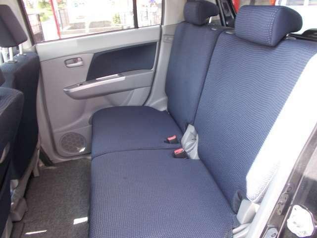 後部座席も足元広々!ゆったりと座っていただけます!!