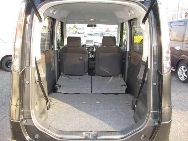 さらに 後部シートを足元に収納でき フラットなラゲッジスペースになります。