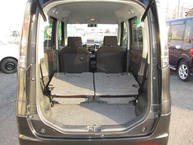 後部シートをたおして、大きな荷物もラクラク積むことができます。