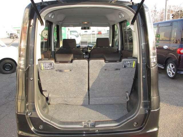 開口部の大きいバックドアで荷物の出し入れがラクです。