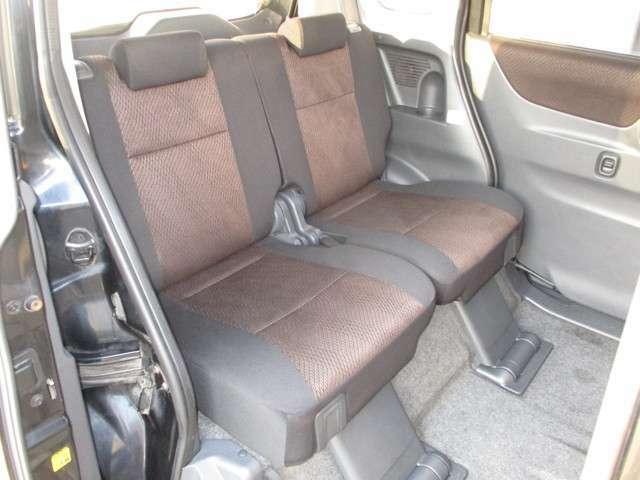 後部席も広々、シートもきれいです。