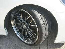 新品ロクサーニSBCリムポリッシュ20インチ8.5J35をフロントに9.5J45をリアに取付けました。タイヤサイズはF225-35-20、Rは245-35-20です。