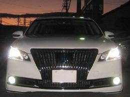 LEDヘッドライト及びLEDフォグランプを点灯した写真です。