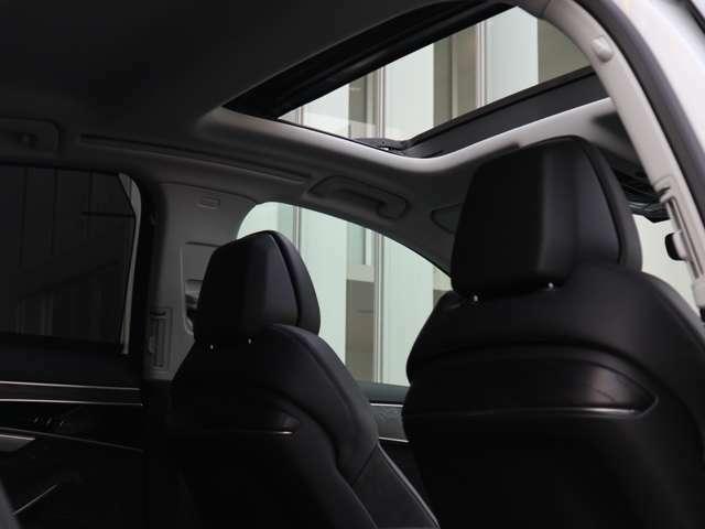 ●昼間は青空が、夜には星空の見える車内の雰囲気の変わる大型の開放感のあるサンルーフ付きです。