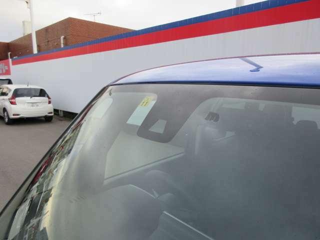 フロントガラスの上部には衝突軽減ブレーキの装置も付いており、より安全に運転を楽しんでいただくことができます。