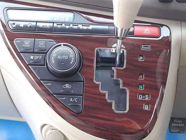 Aプラン画像:オートエアコン付き!(温度設定をすれば、自動で車内の温度管理をしてくれる快適アイテムです!) 木目パネルです。見た目が豪華で見栄えがいいですよ。