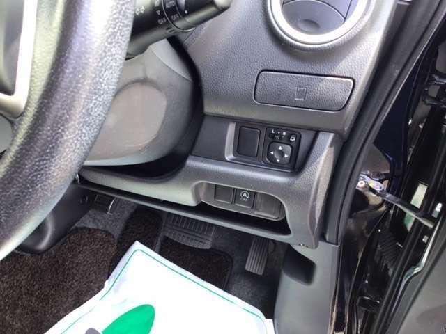 アイドリングストップスイッチ等は運転席右側にあります。