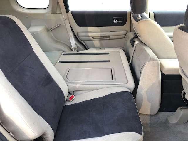 後部座席もゆったりと座れるスペースが確保できます!!足元も広々しております!