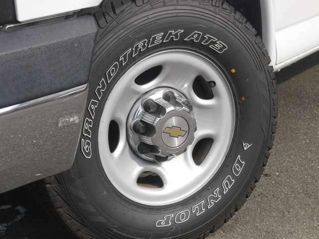 10穴のノーマルホイールセンターキャップ付き!!アメリカを感じませんか?タイヤも新品に交換しました!