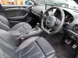 スパルタンで質感の高いインテリアです。流石、Audi。