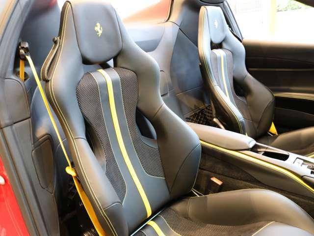 黄色のステッチとラインが選択されており、黒いシートによく映えます。シートベルトも黄色が選択されております。