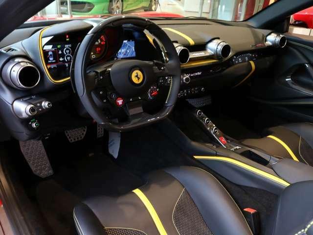 黒で統一された車内は、特別色の黄色のラインががアクセントとなっております。
