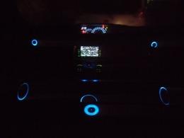 ☆夜のイルミネーションを光らせた状態です☆スピーカー・メーター・ナビ・イルミコントローラーの様々な光で昼間とは違う内装を演出してくれます☆