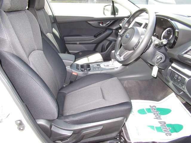 運転席の座面が調整できますので女性や背の低い方もシートの高さを調整して運転出来ますよ♪