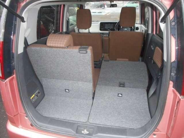 片方だけ後部座席を倒すことが可能。