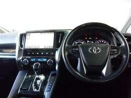 インパネはドライバーが運転しやすいように走行中の目線の動きを抑えた作りをしています。ドライバーの手が届きやすい位置に配置されたボタン関連もポイントです。運転に集中できる機能的なデザインが魅力的!