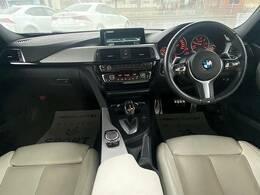 BMW人気のスポーティな内装をご覧ください!アルミ調パネルがあしらわれていて、シートはディーラーオプション白革シート、まさに輸入車ならではの内装です!