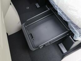 ☆シートアンダーボックス☆後部座席シート下には収納スペースが♪
