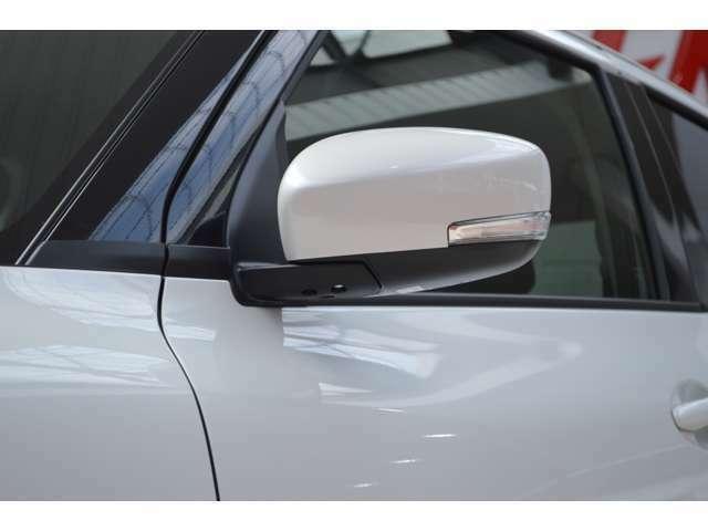 リアバンパーに内蔵したミリ波レーダーで隣接車線の後方から接近する車両を検知し、検知した側のドアミラーインジケーターが点灯し、その状態でウインカーを操作するとインジーケーターの点滅とブザー音で注意します