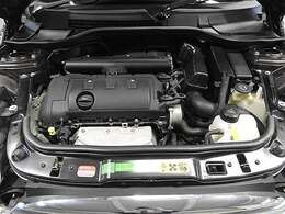 BMW製1.6L直列4気筒自然吸気エンジン。122PS/160Nm(カタログ値) エンジンルーム内はきれいな状態です。