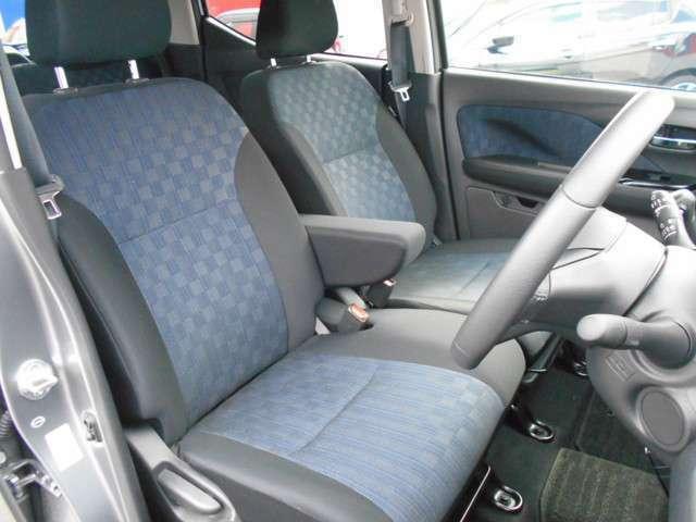 ベンチシートですのでゆったり座れたり、肘掛などがついているのでロングドライブでも快適に過ごせますよ。