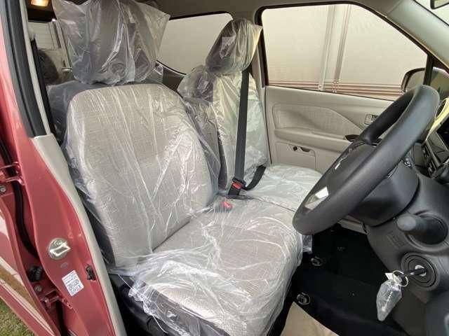 運転席⇔助手席間の移動し易いベンチシート