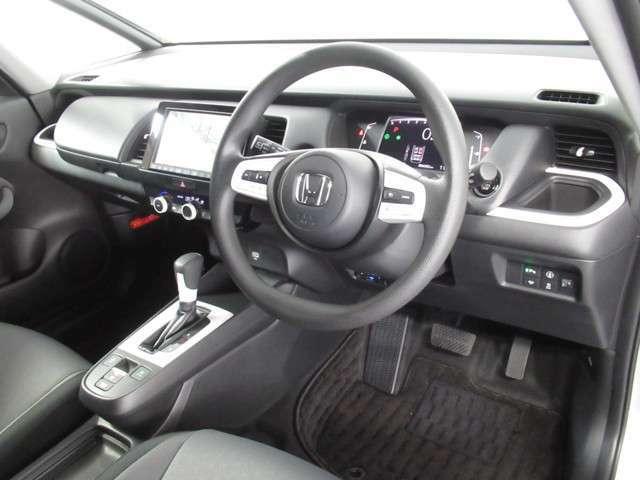 良好な視界とスムーズな乗り降りを実現した運転席。運転席はアイポイントを高くし視界良好です。体格に合わせてシートの位置をきめ細かく調節できるので、いつでも快適な運転姿勢をキープ。操作も軽くラクラクです